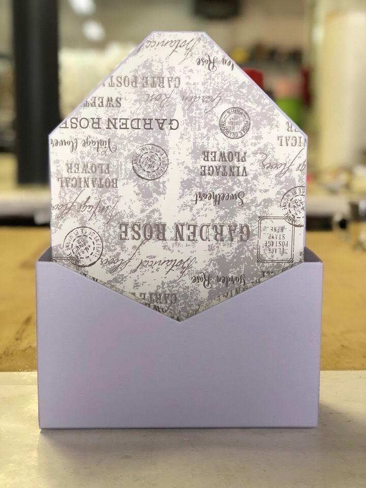 Картонная коробка для цветов в форме конверта . Цвет:Светло серый  . Розница 300 рублей .