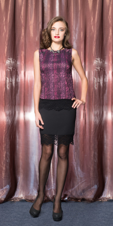 Блуза Г482-156 - Блуза-топ из стрейчевой ткани облегающего силуэта фиолетового цвета. Отделка по линии низа  из плотного кружева. Вертикальная полоска рисунка зрительно стройнит фигуру.