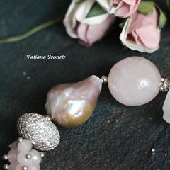 Браслет из розового кварца, жемчуга барокко и рутилового кварца