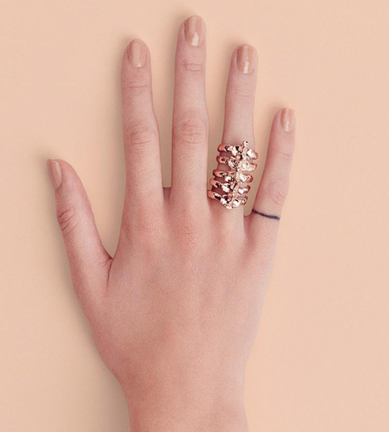 Кольцо-After-Eden-Rose-Gold-от-дизайнера-Bjorg-на-модели