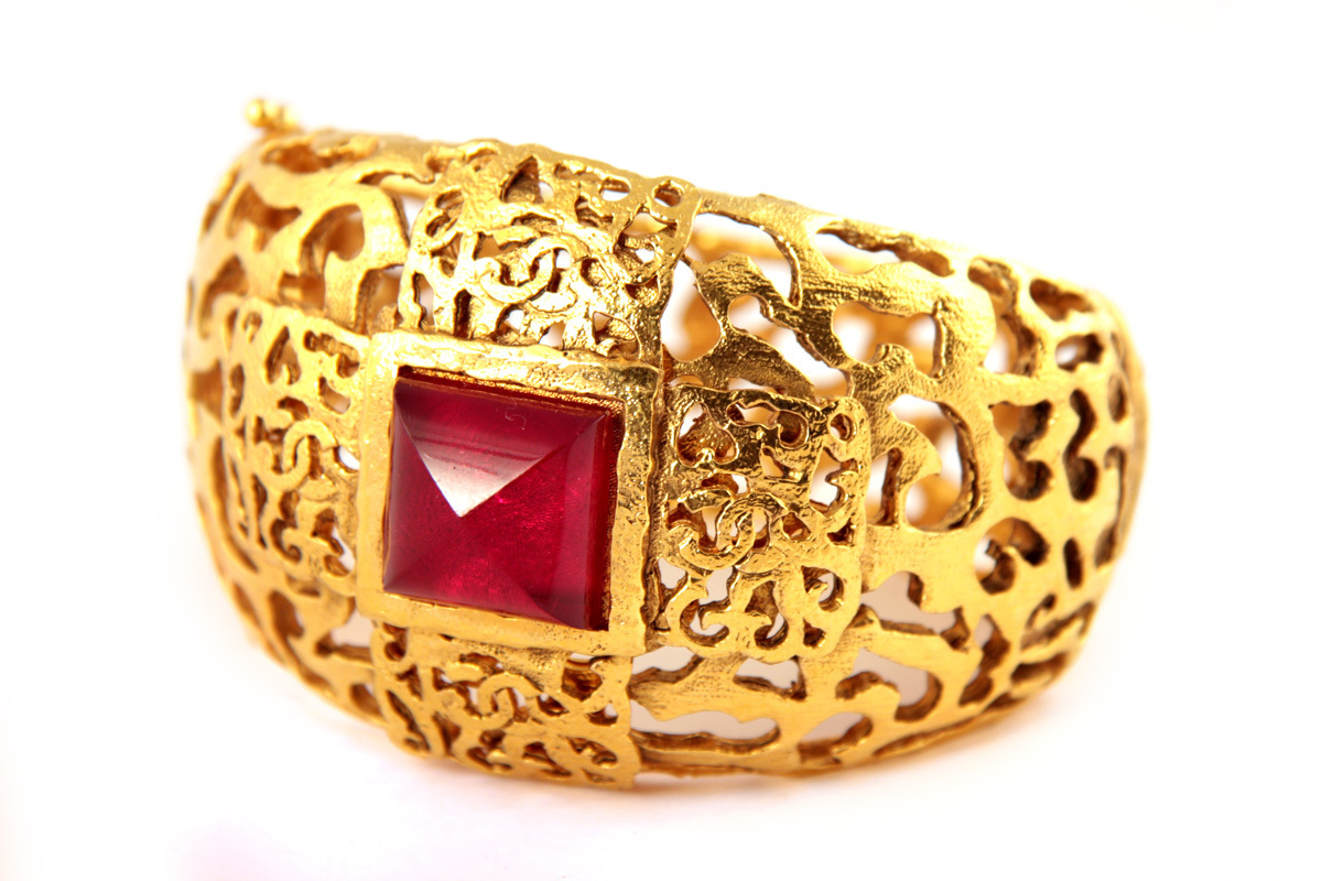 Красивый крупный браслет с витиеватым орнаментом и стеклом Gripoix цвета рубина
