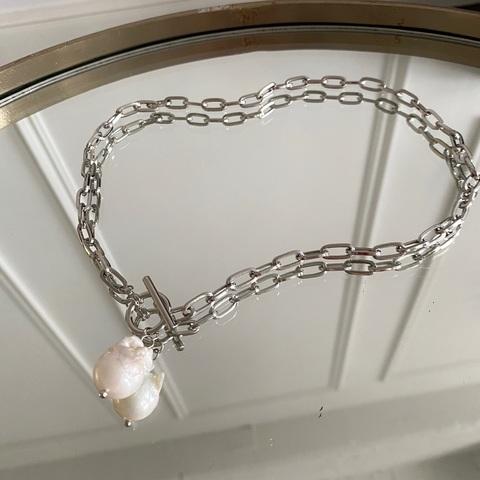 Колье-цепь с замком-тогл и натуральной барочной жемчужиной (серебристый)