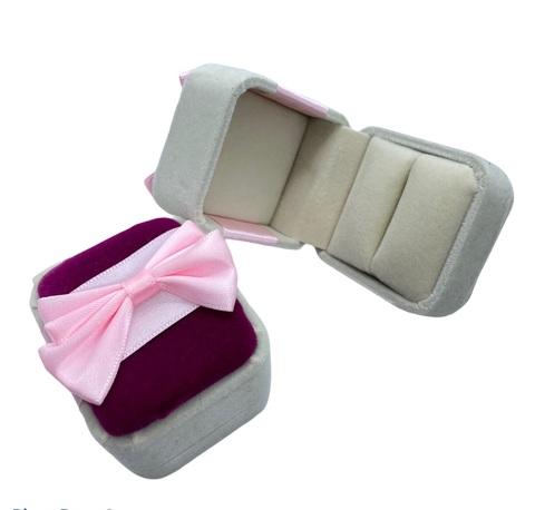 777215- Подарочная, бархатная бежево- розовая коробочка для кольца с бантом