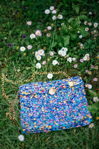 Сумка вязанная крючком синяя с розово-желтыми вкраплениями
