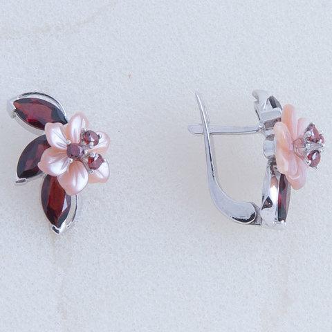 Серьги с цветами из розового перламутра и вставками из граната Арт.2251рпг