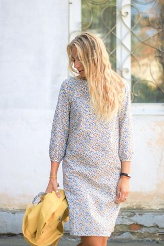 Платье прямое с поясом (белое в мелкий цветочек)