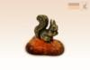 фигурка Белочка с орешком на янтаре