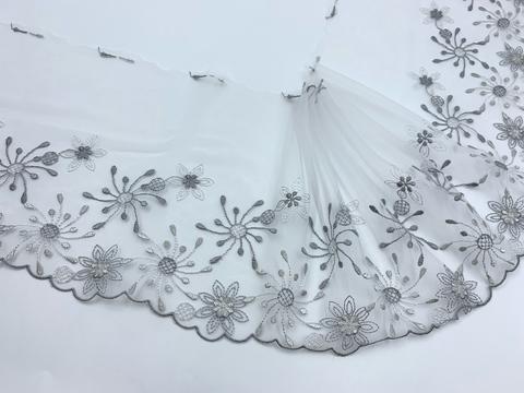Вышивка на сетке бело-серая (правая) 17 см