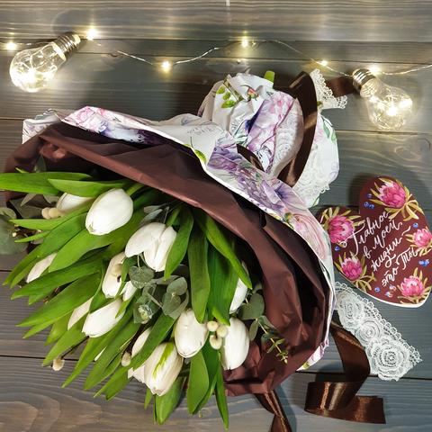 Стильный букет из тюльпанов (15шт) с эвкалиптом и вербой