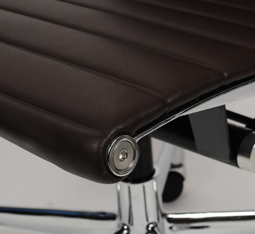 Кресло Eames Style Ribbed Office Chair EA 117 кофейная кожа - вид 5