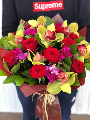 Букет из роз о орхидей