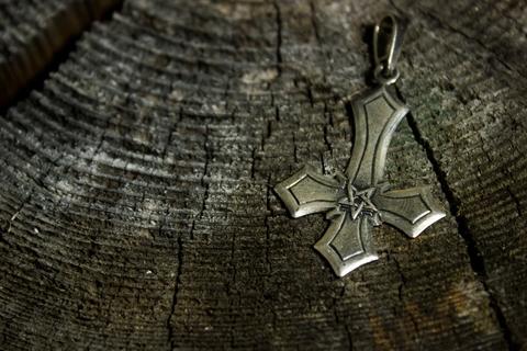 Крест готический перевернутый