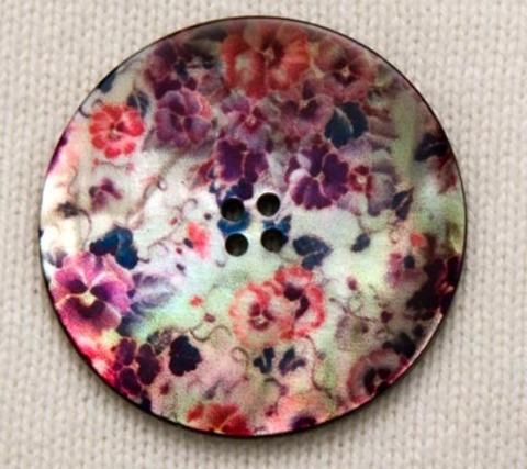 Пуговица, затканная розовыми и сиреневыми цветами, роспись по перламутру, 34 мм