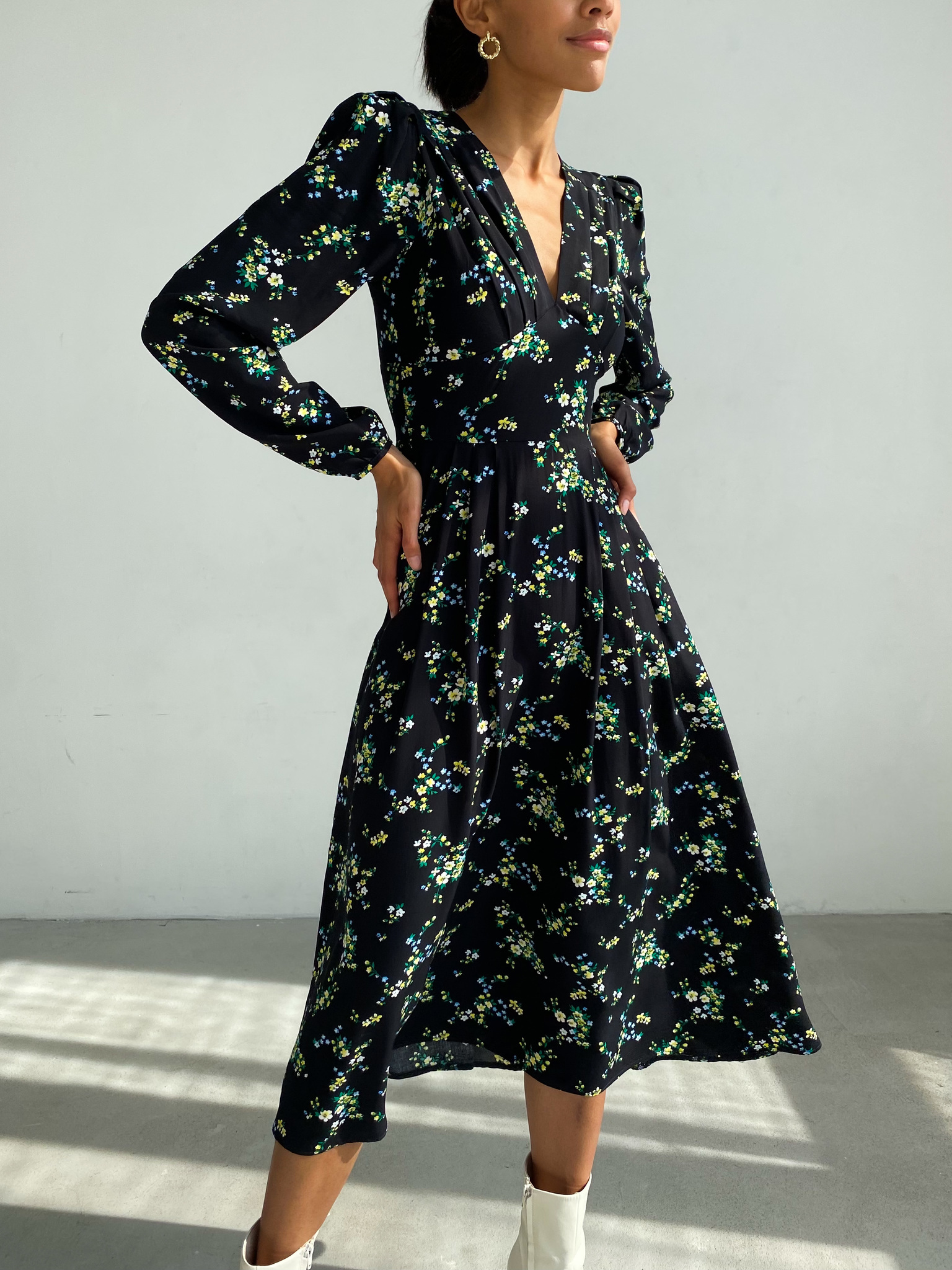 Платье миди с длинным рукавом и V вырезом (цветы на черном)