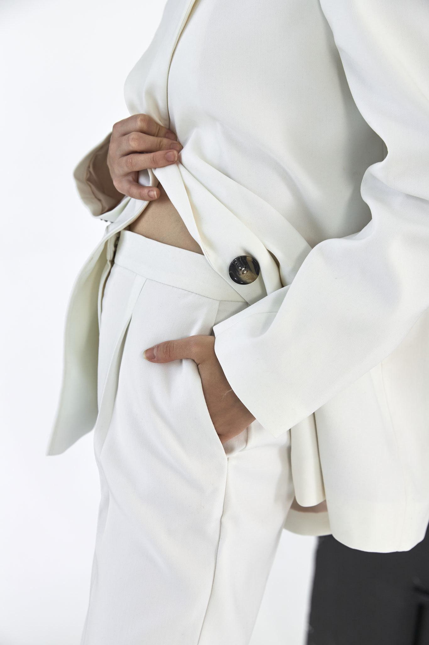 Брюки-дудочки с защипами (костюмный твил), молоко