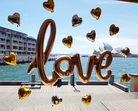 Надпись Love с сердцами на стекло