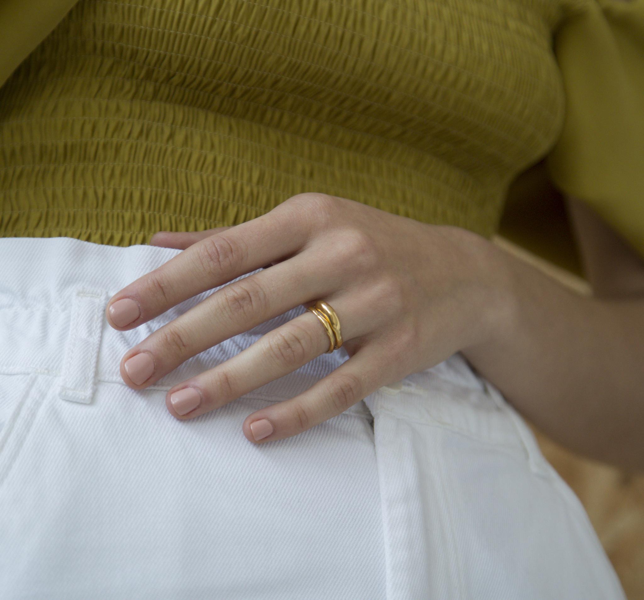 Стильное позолоченное кольцо из серебра в виде застывшего металла