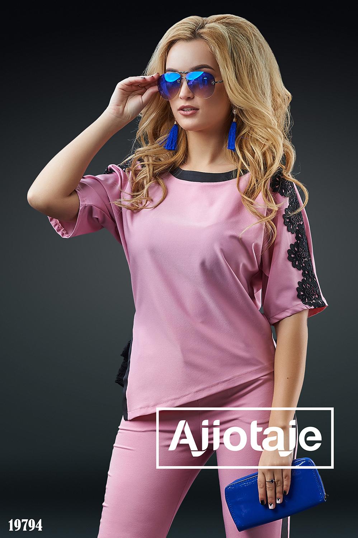 Двойка розового цвета с асимметричной блузкой