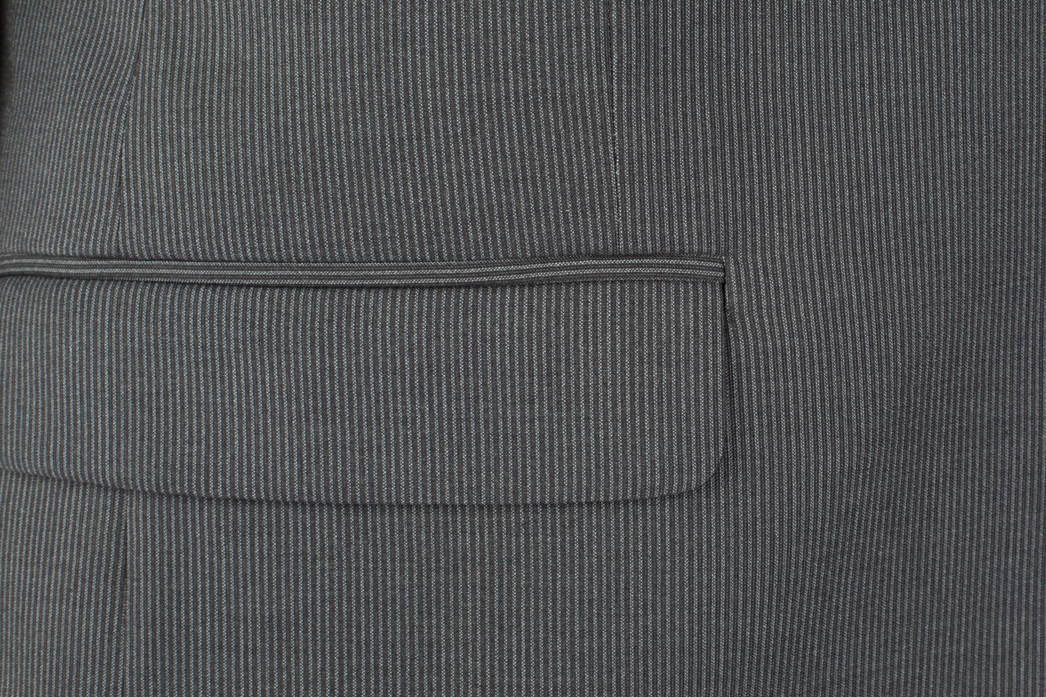 Серый шерстяной костюм в слегка заметную полоску, накладной карман