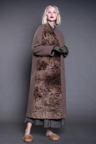 Длинное пальто из твида с каракульчой.