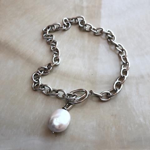 Колье-цепочка цвета серебра с барочной жемчужиной