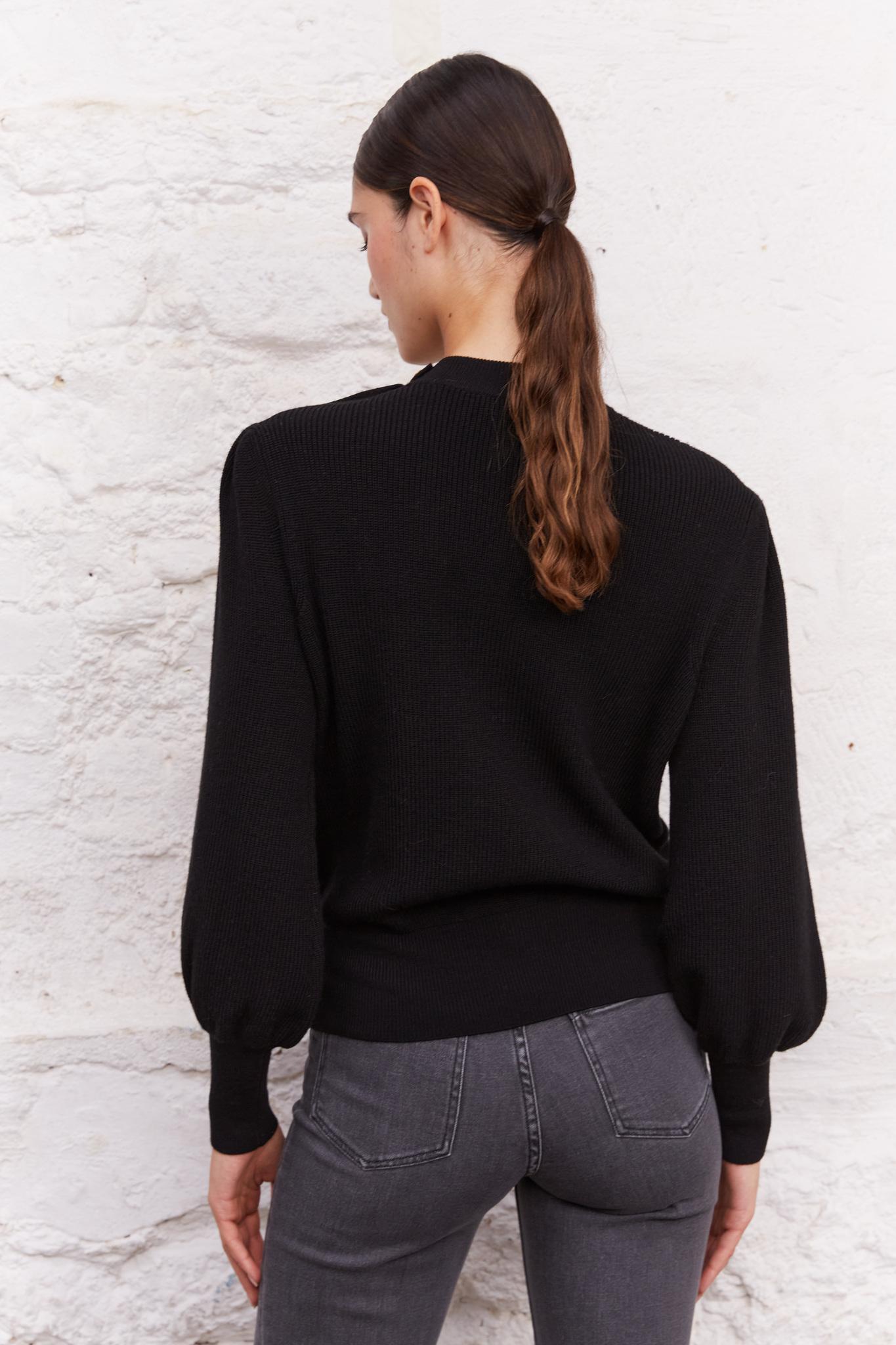 Свитшот с пуговицами на плече