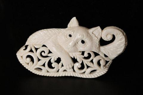 Брошь из бивня мамонта «Кот Кузя на подушке»
