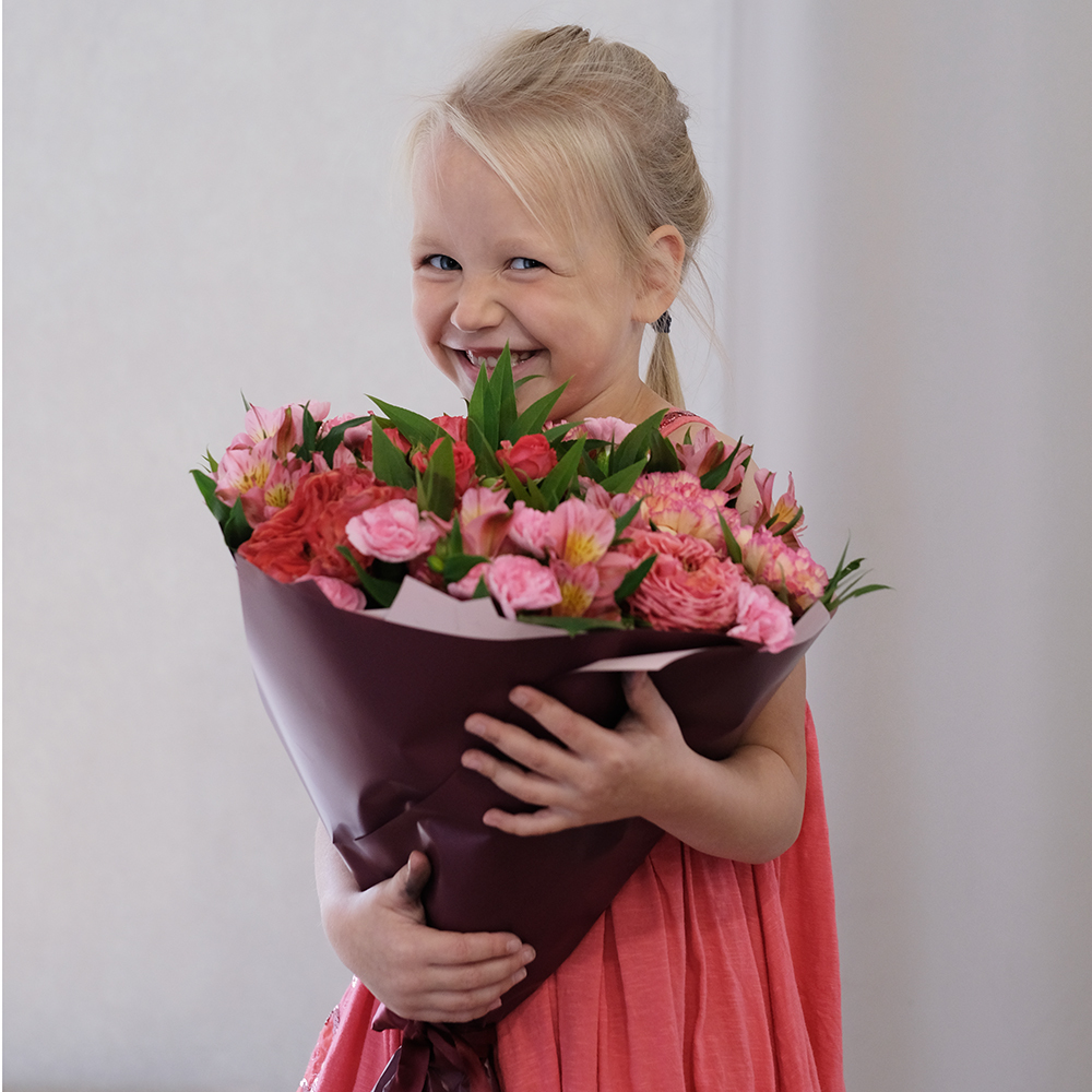 Купить заказать онлайн букет с коралловыми пионовидными розами розовая альстромерия гвоздика Пермь доставка на дом