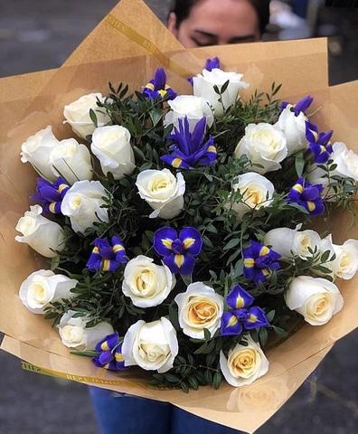 Букет из ирисов и белых роз #1751