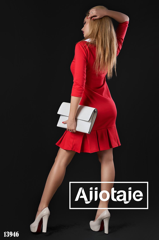 Красное платье с белым воротником