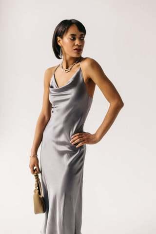 Шелковое платье натуральный шелк цвет серое  длина миди вырез качели