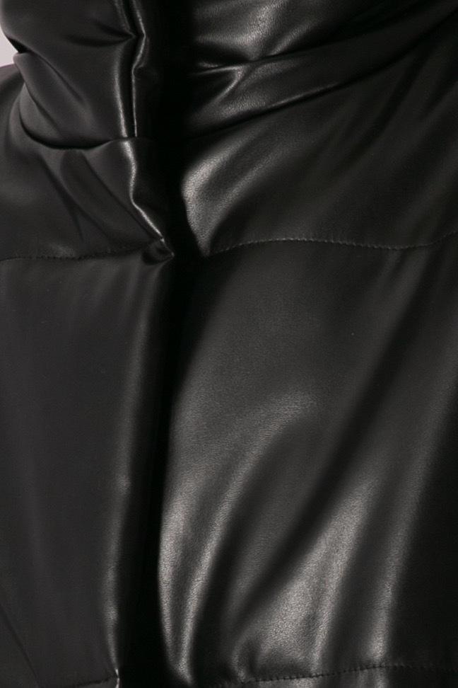 Жилет дутый с плечевой складкой, черная экокожа