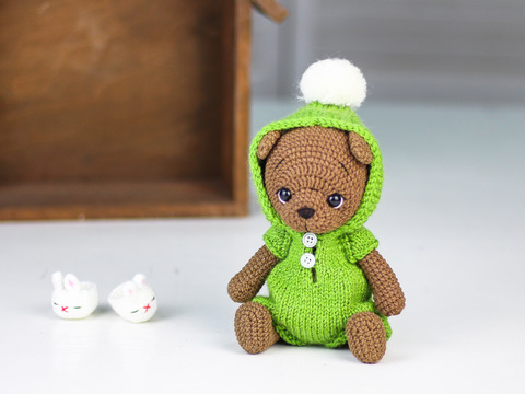 Іграшка в'язана HandiCraft Ведмедик коричневий у зеленому комбінезоні