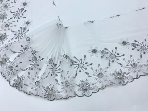 Вышивка на сетке бело-серая (левая) 17 см