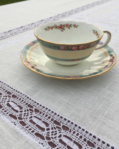 Комплект льняного столового белья с вышивкой и вологодским кружевом белый