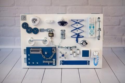 Доска Чудесная белого цвета с синими элементами.