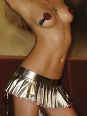 Коротенькая плиссированная юбка цвета металлик с молнией -