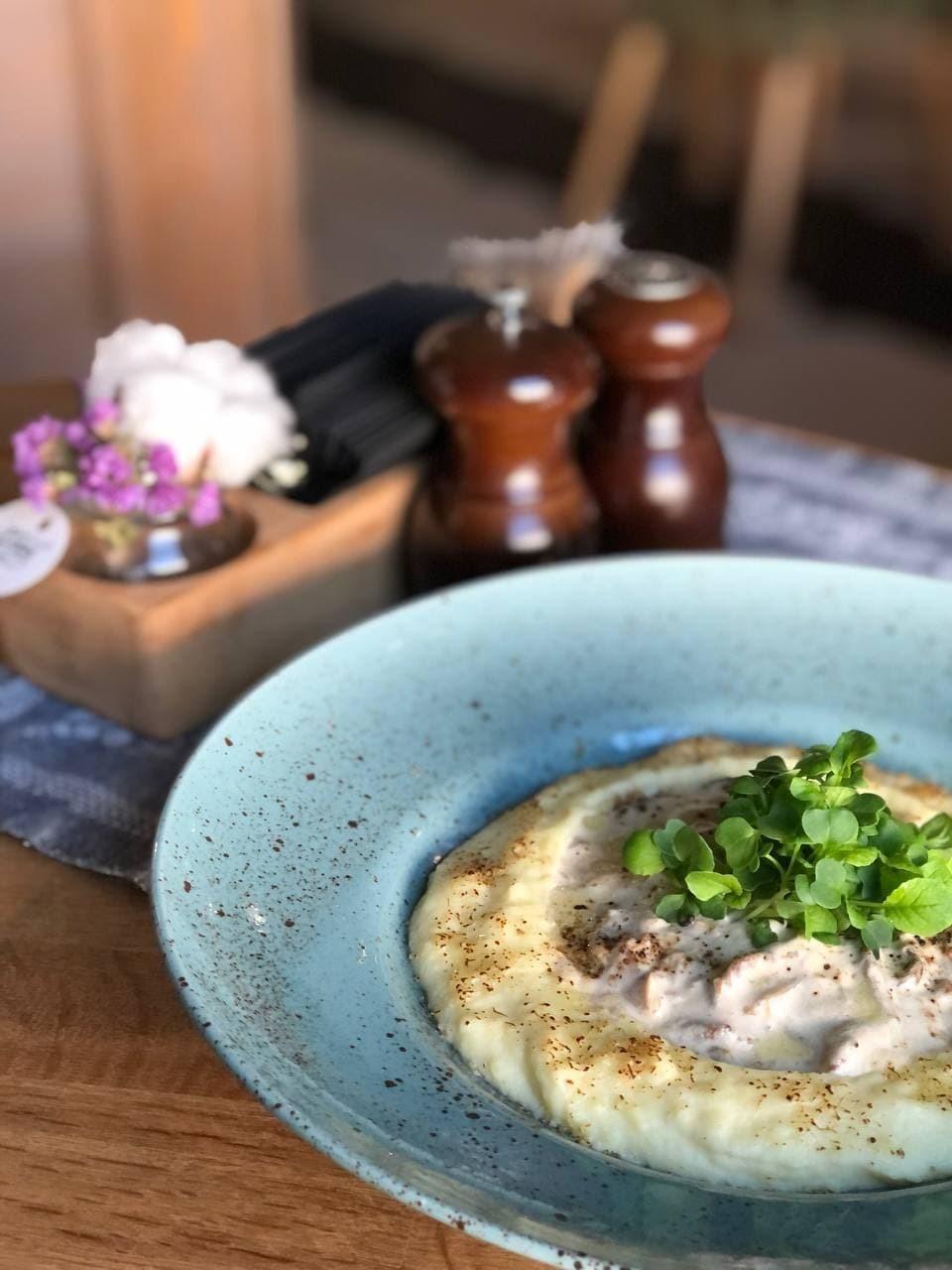 Бефстроганов с белыми грибами, картофельным кремом и пармезаном