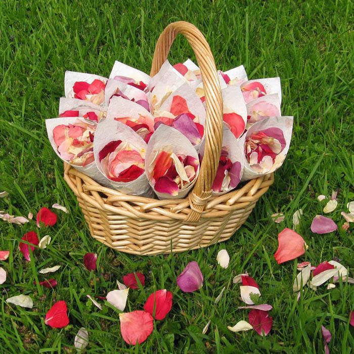 Корзина. Конверты с лепестками роз