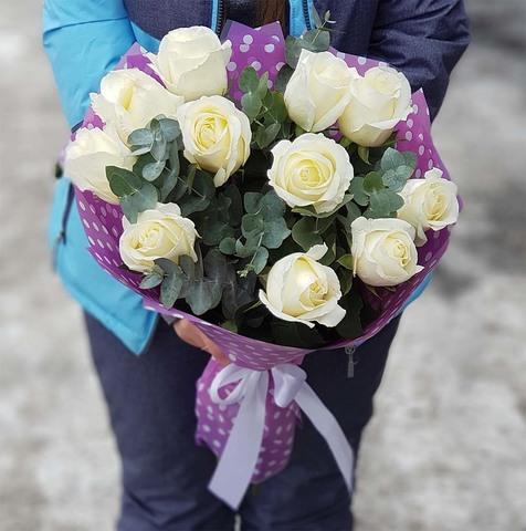 Букет из 11 роз с зеленью 3