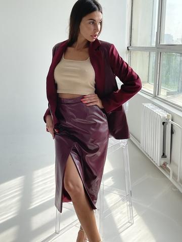 Необычная юбка карандаш из эко-кожи со шлицей спереди