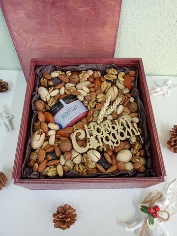 Деревянный бокс с орехами и сухофруктами