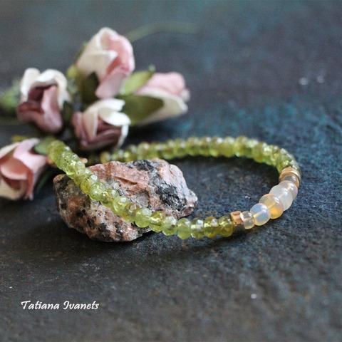 Тонкий браслет из хризолита и опала