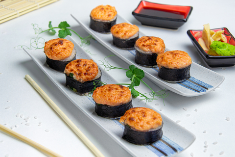 Запеченый ролл с лососем и креветкой под сырным соусом