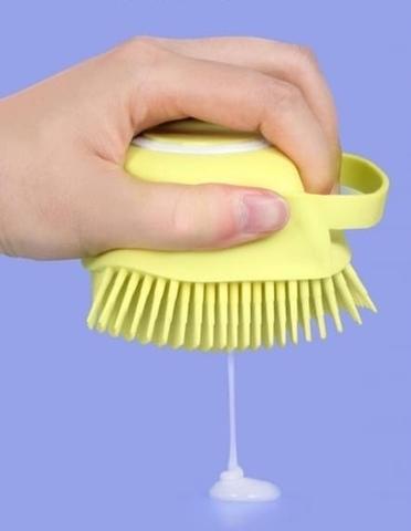 Щётка силиконовая с дозатором шампуня