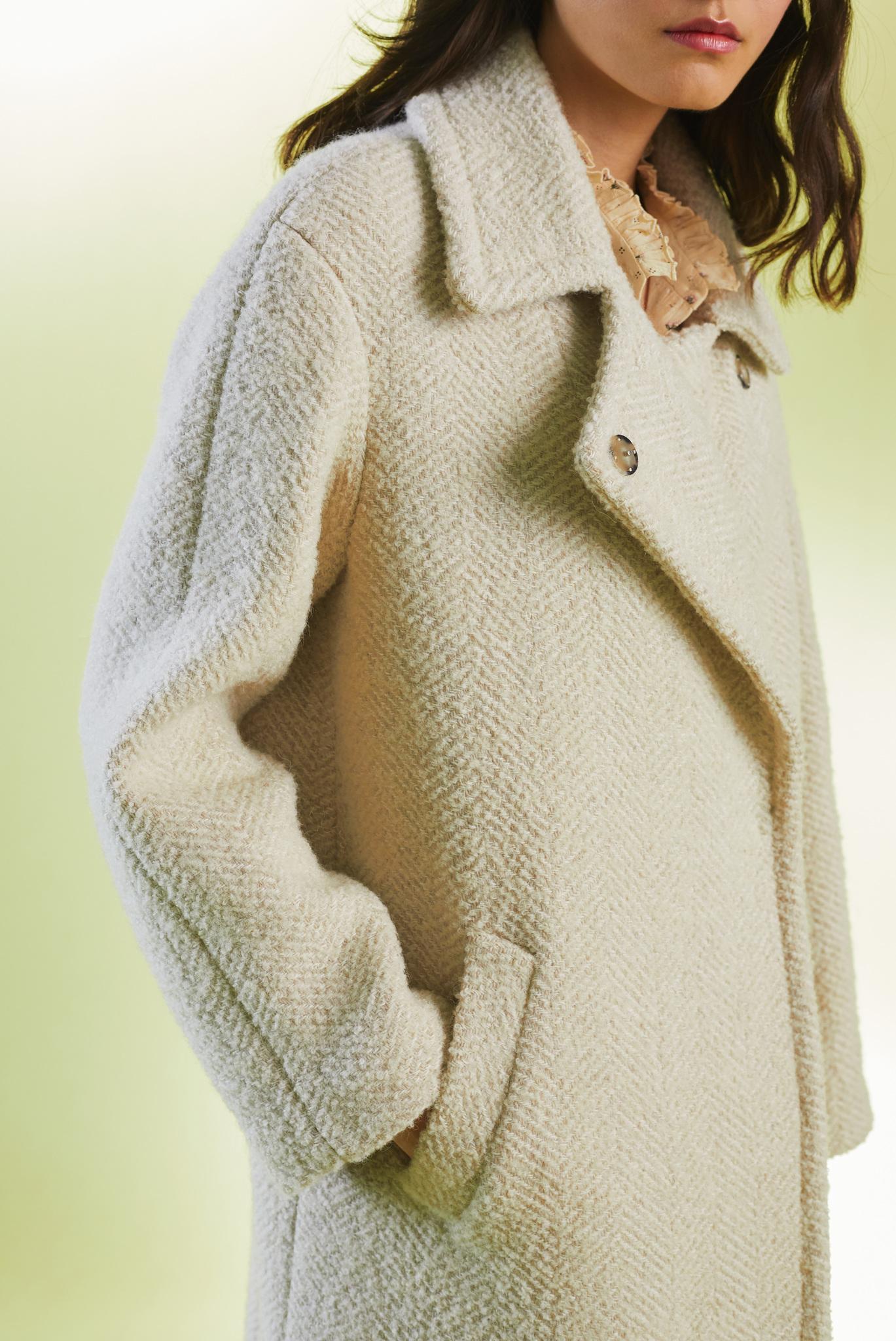 Пальто средней длины с отложным воротником