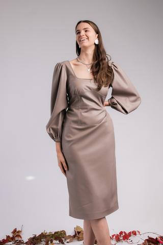 Платье с отрезным поясом и пышными рукавами