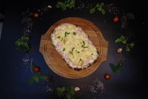Римская пицца с лососем и креветками