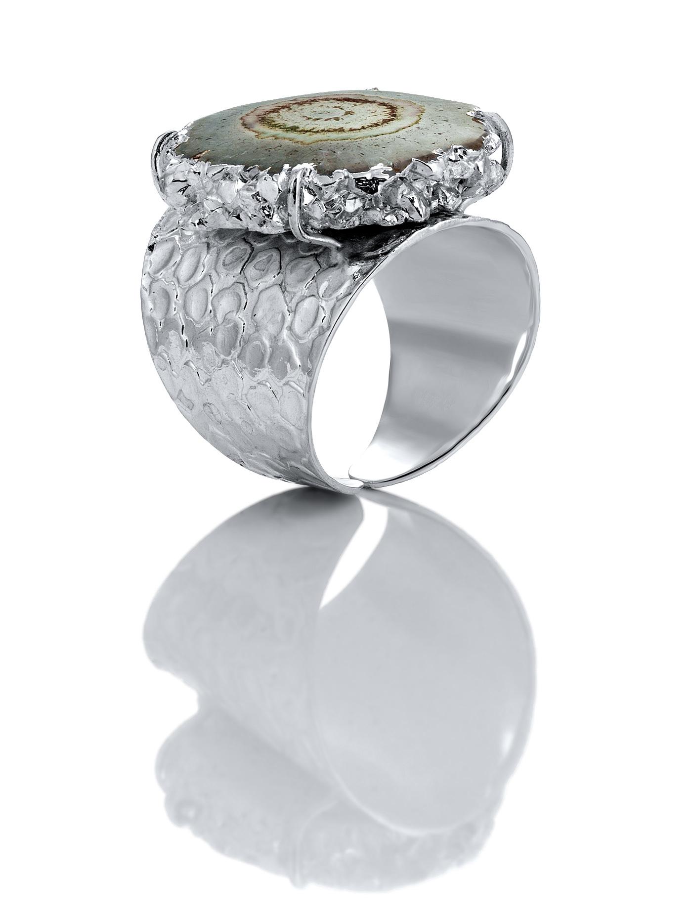 Дизайнерское кольцо с жеодой агата серого цвета