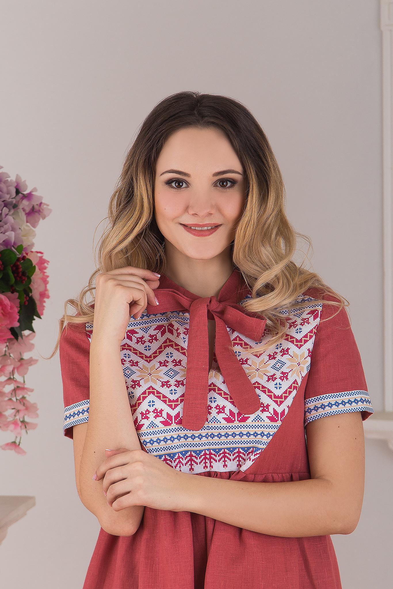 Современное русское льняное платье в стиле бохо розовое Каберне от Иванка приближенный фрагмент